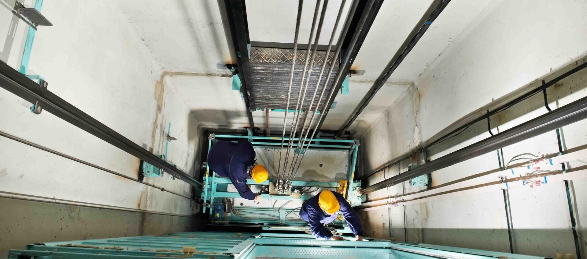 Замена дверей шахты и кабины лифта